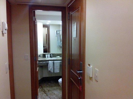 Windsor Martinique Hotel : Quarto entrada do banheiro