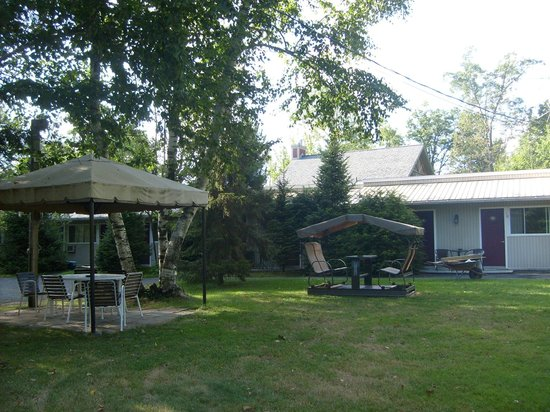 Chalets et Motel Lac Brome: BBQ et balançoire