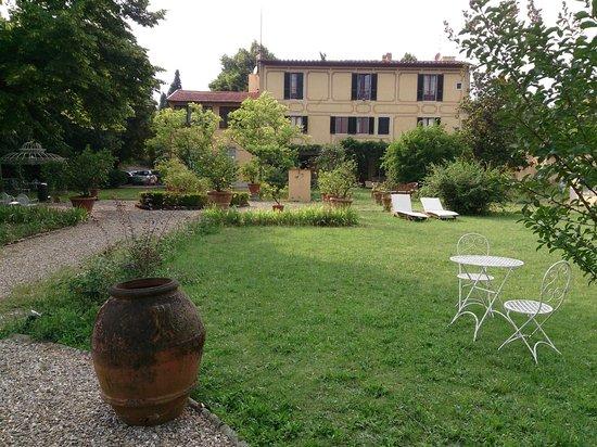 Ape Rosa Relais : View to villa including garden