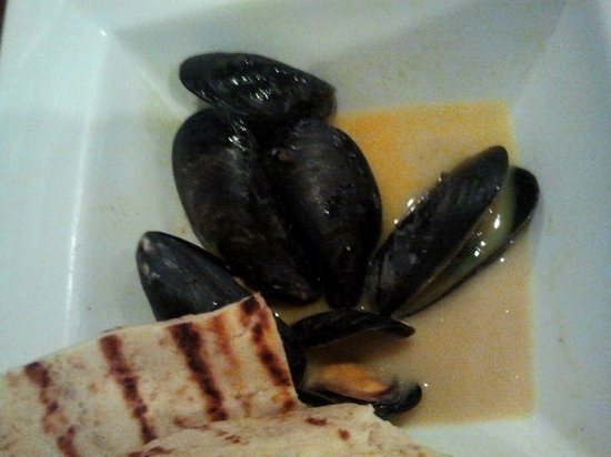 Wild Goose Tavern : Mussels with melted garlic butter for an appetizer