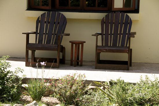 Rosedale Organic Farm B&B: chairs outside cottage