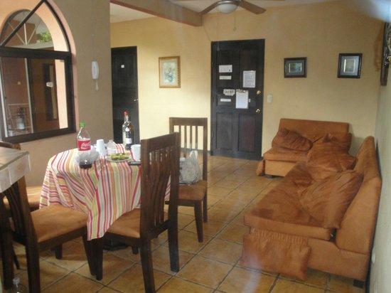 Villas Jinesta: comedor y sala