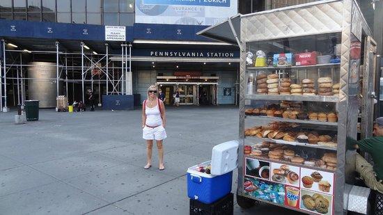 NYC GoGreen Tours: Puestito tipico en la puerta de la estacion Pensilvania