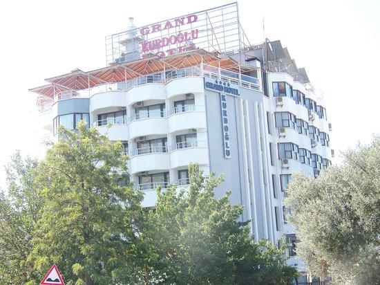 Grand Hotel Kurdoglu: Вод там и находится басейн и ресторан.
