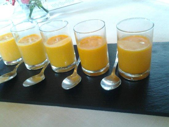 La Salgar: Aperitivo: zumo de tomate con albahaca.