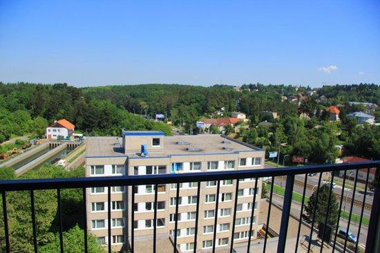 Fortuna West: где-то там впереди центр праги. на балконе круто наблюдать за самолетами, пролетающими ооочень