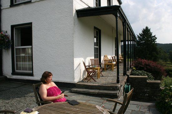 Ees Wyke Country House: Relaxing at the garden tables