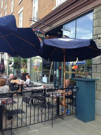 La Pizzaio : outdoor patio on busy end of street