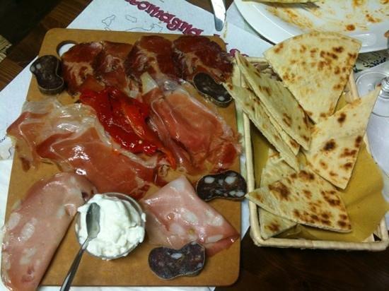 Romagna mia : Antipasto di affettati, squaquerone e piadina