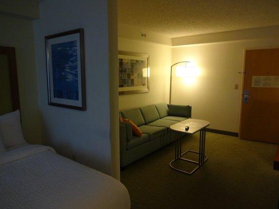 SpringHill Suites Miami Airport South: Le salon vu depuis la chambre