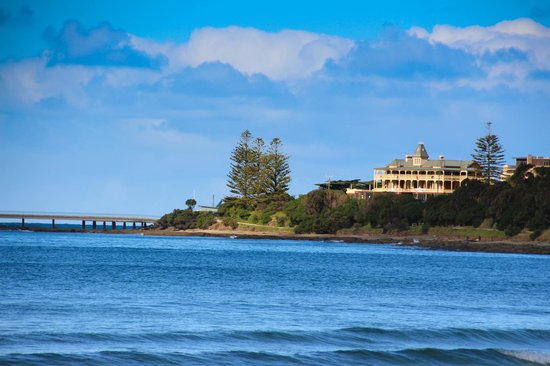 Grand Pacific Hotel Lorne: the hotel in the right, just by the lorne pier