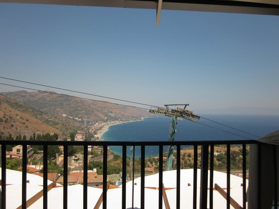 Ristorante Bella Blu: view of the cable car going down to the beach