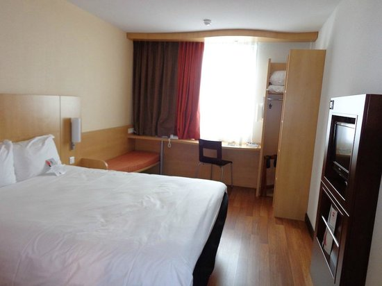Ibis Paris CDG Airport: Larger Upgraded Room