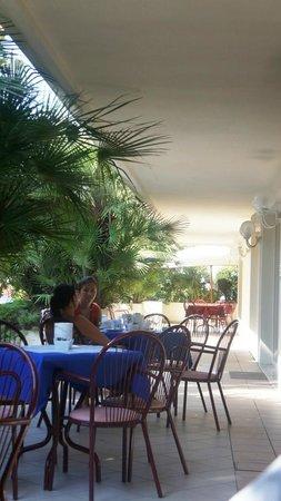 Hotel Tiffany : на этой веранде проходит завтрак