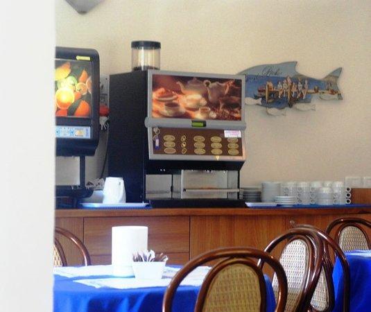 Hotel Tiffany : кофемашина с отличным выбором разных видов кофе и машина с разными соками