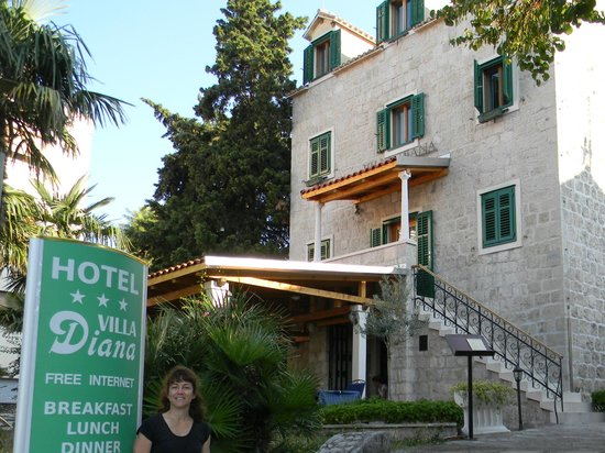 Hotel Villa Diana: The front of the hotel. The restaurant is on the terrace.