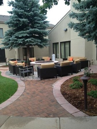 Courtyard Fort Collins: Firepit area.