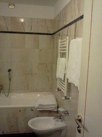 Hotel Donatello: Bath