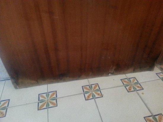 Hotel Maremonti Panza: particolare della porta del bagno