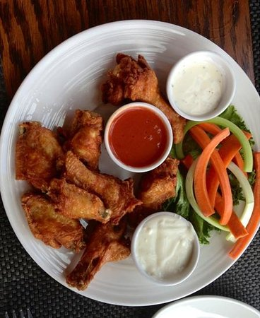 Goldmoor Dining: Buffalo wings!