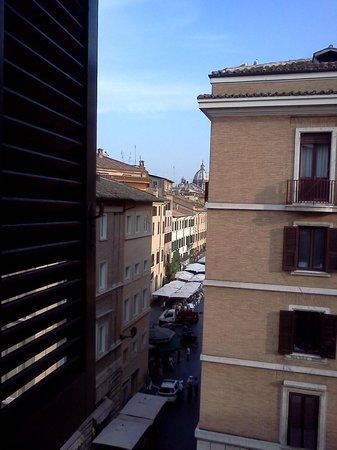 Apartments Casa Navona: FRom front window looking as Plaza Vavono