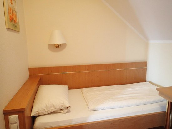 Hotel Kriemhild: Single bed (one of two) in smaller separate bedroom