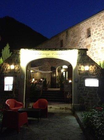 La Grange Templiere : en soirée un cadre idéal en été