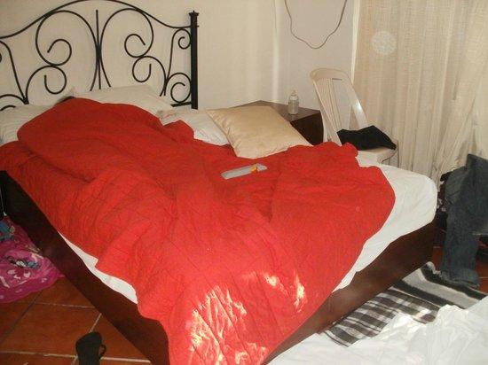 Hotel los Girasoles Cancun: cama de piedra.