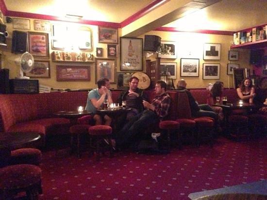 Lowry's Bar: Im Pub