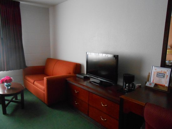 Maverick Motel : TV and couch