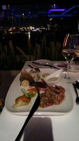 Glasshouse Lounge Restaurant: Блюдо с тунцом. Очень вкусно)). Обслуживание хорошее. Понравилось