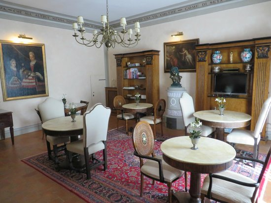 Relais Villa Il Sasso Historical Place : elegant dining /living area available to guests