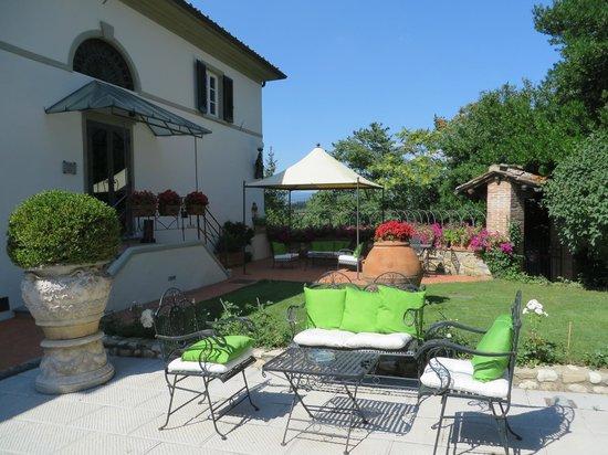 Relais Villa Il Sasso Historical Place: terrace area in front of villa