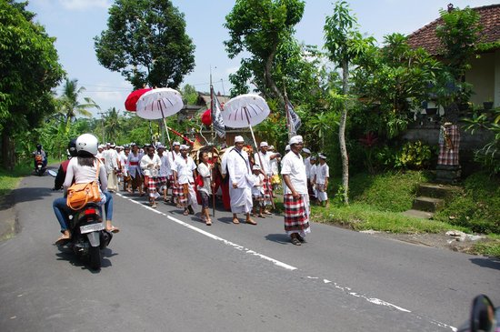 Serenity Ubud Villas: cérémonie au village