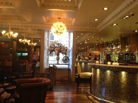 Le Monde Restaurant: The Front Bar Area