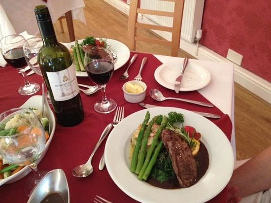 St. Davids Cross Hotel: Our final nights dinner - fillet of beef medallions with fresh asparagus and spinach and other v