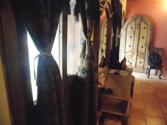 Hotel Santo Tomas : Ventanas y puerta