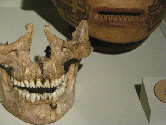 Museo del Jade: Atente para os detalhes dos dentes, na caveira e no vaso