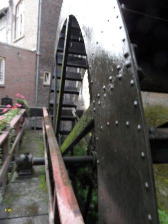 De Bisschopsmolen: De molen draait gestaag .