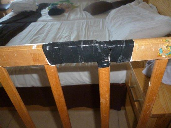 Panorama Hotel : Broken cot
