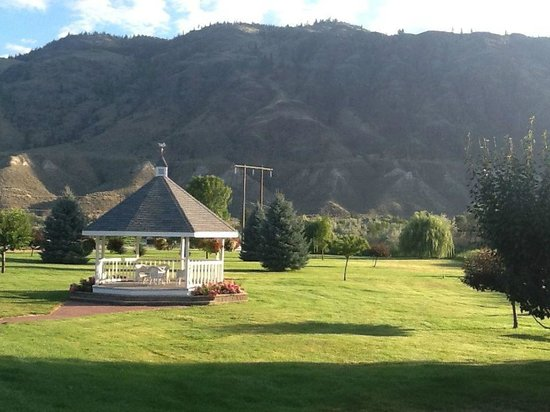 South Thompson Inn & Conference Center: Gazebo and mountain view