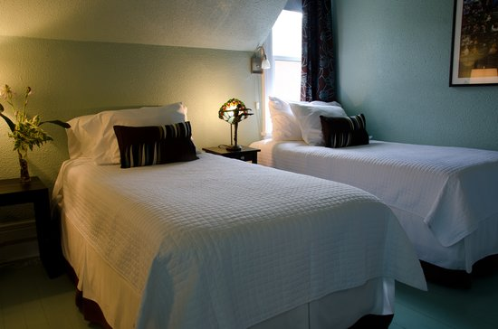 Avery House B&B: The Autumn Room - twin beds arrangement