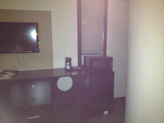 Sleep Inn Airport: Tight squeeze from the door
