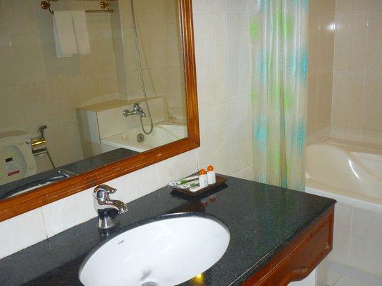 Monica Angkor Hotel : Просторная ванная комната
