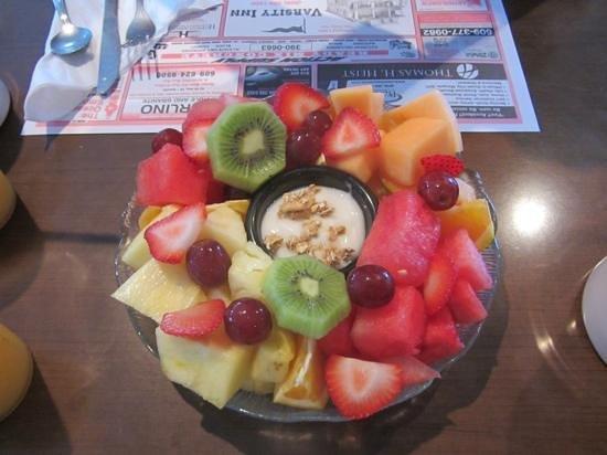 Varsity Inn : Obstplatte mit Vanilleyoghurt