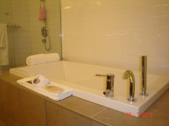 Hotel Le Crystal: Soaker tub, suite 716