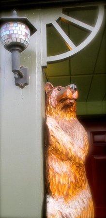 Mingo Motel: Peeking bear