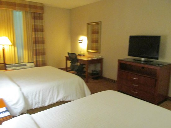 Hilton Garden Inn BWI Airport: Desk, Area, TV & Dresser