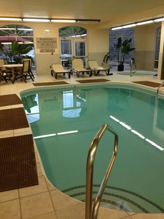 Country Inn & Suites By Carlson, Asheville Downtown Tunnel Road (Biltmore Estate): pool with hot tub, table and chairs