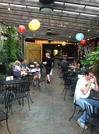 Clementine Cafe: covered patio
